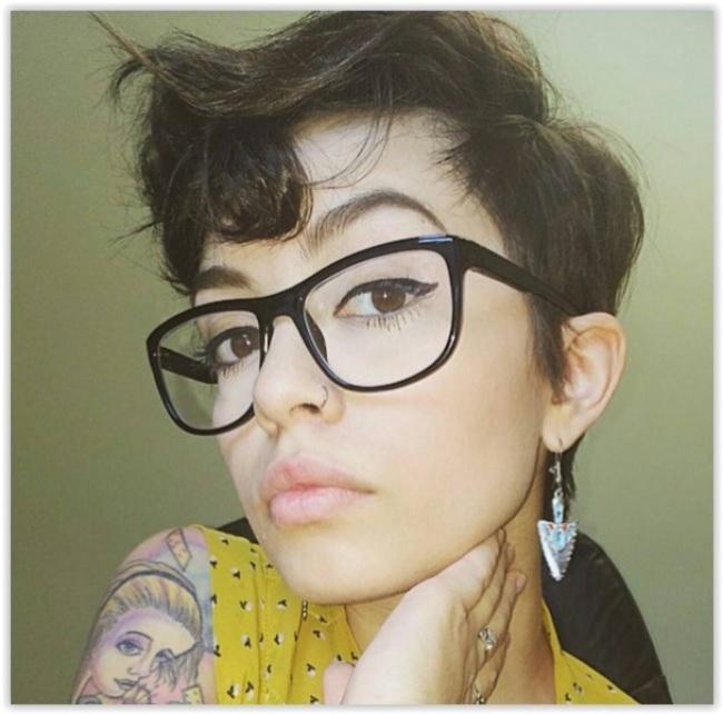 Coupe courte avec frange et lunettes