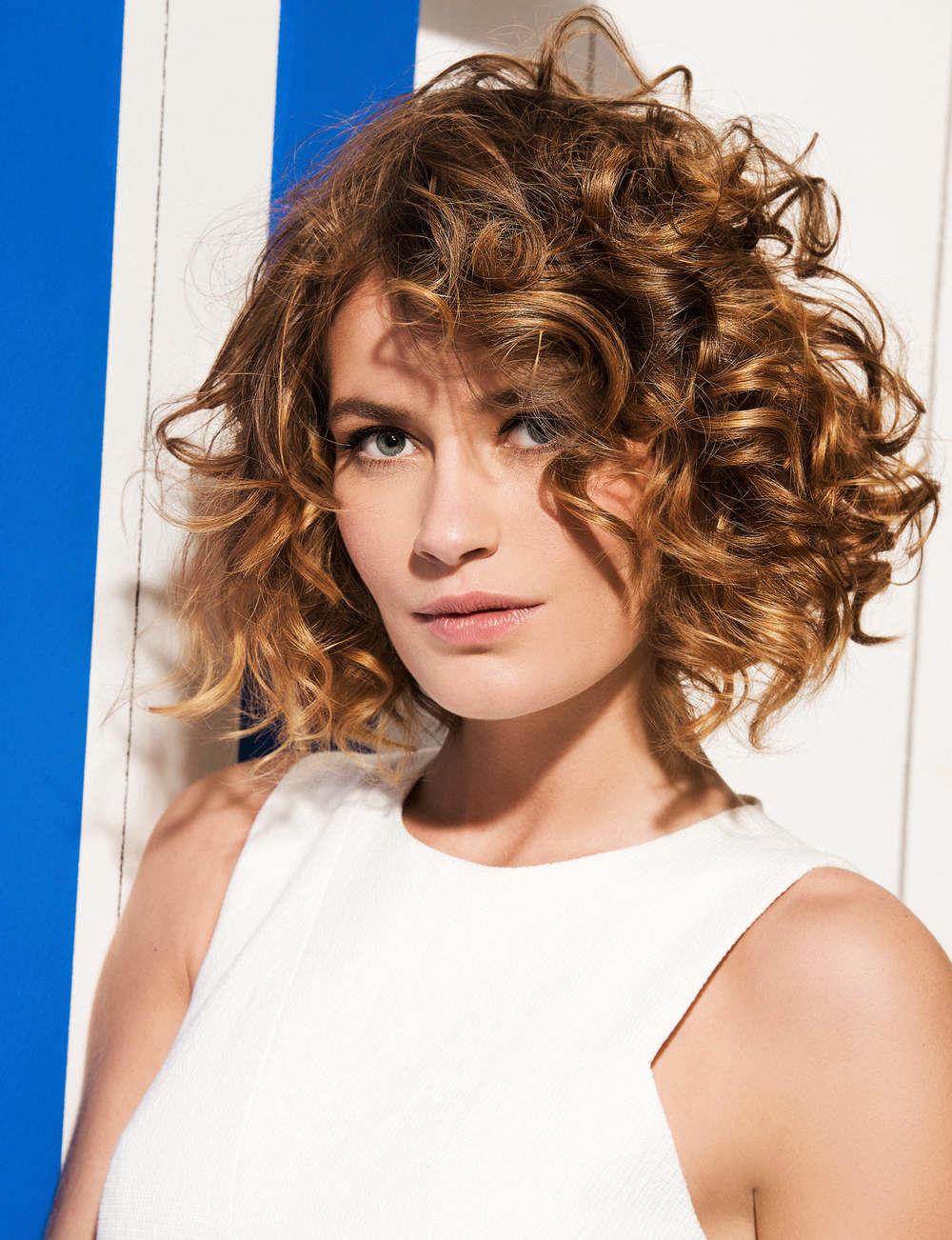Coupe de cheveux boucle court femme